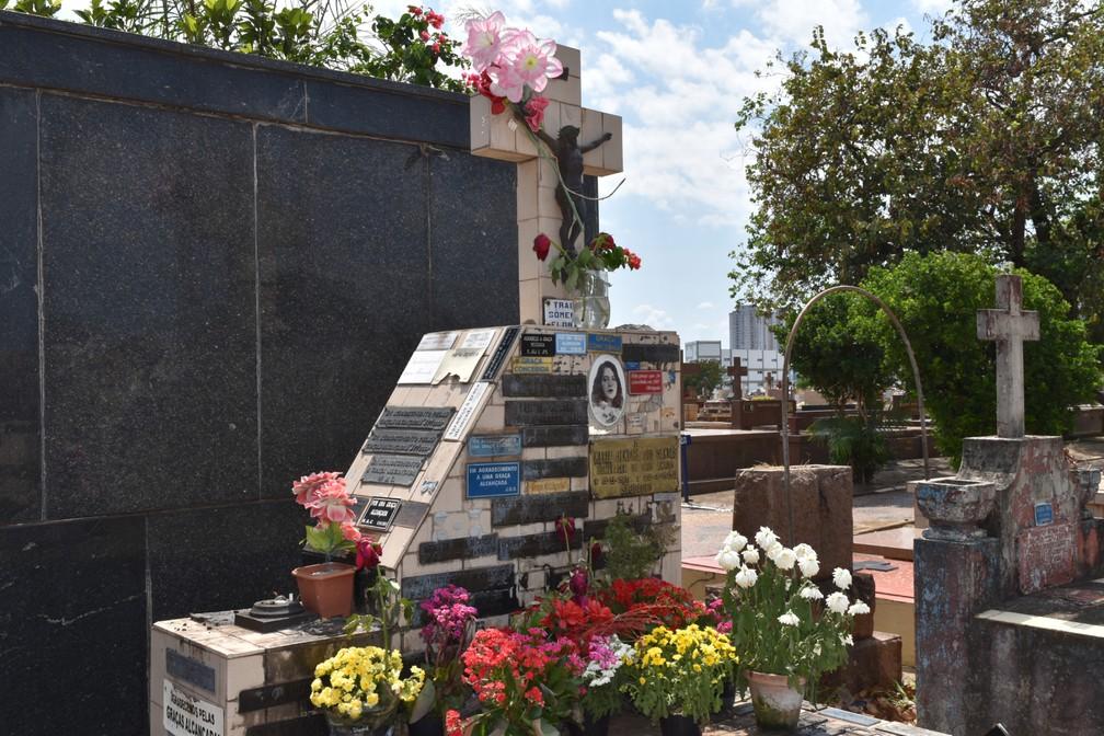 Maria Jandira, a prostituta que ateou fogo no próprio corpo, ainda atrai visitantes ao seu túmulo — Foto: Rui do Amaral/G1