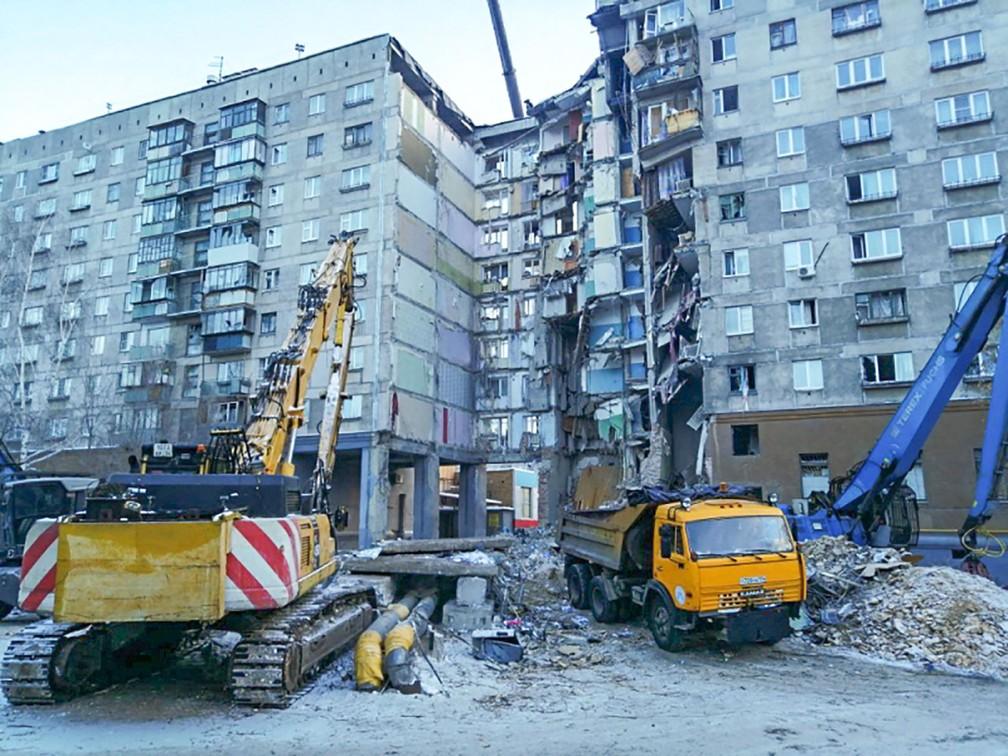 Caminhões são utilizados nas buscas por sobreviventes após desabamento parcial de prédio em Magnitogorsk, no leste da Rússia — Foto: The Russian Emergency Situations Ministry / AFP