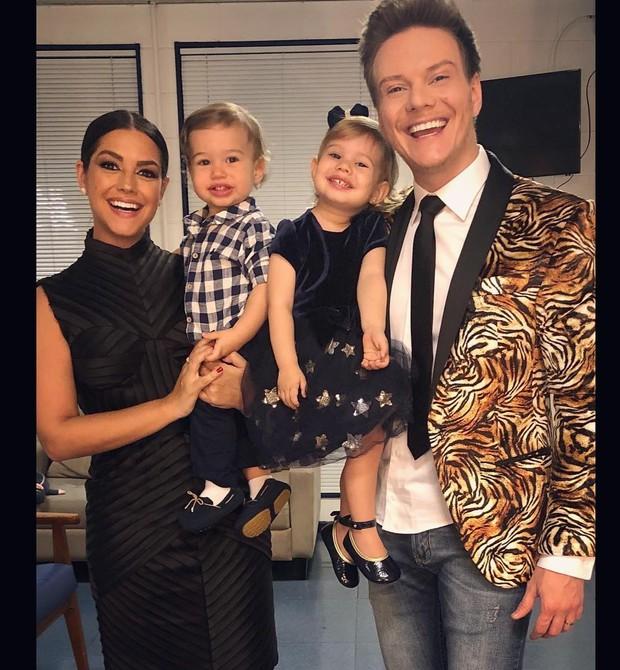 A atriz Thais Fersoza e o cantor Michel Teló com os filhos no colo (Foto: Reprodução Instagram)