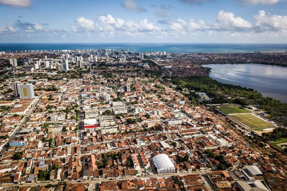 Área de encosta do Mutange (à direita) é a mais crítica dos três bairros de Maceió afetados por rachaduras — Foto: Jonathan Lins/G1