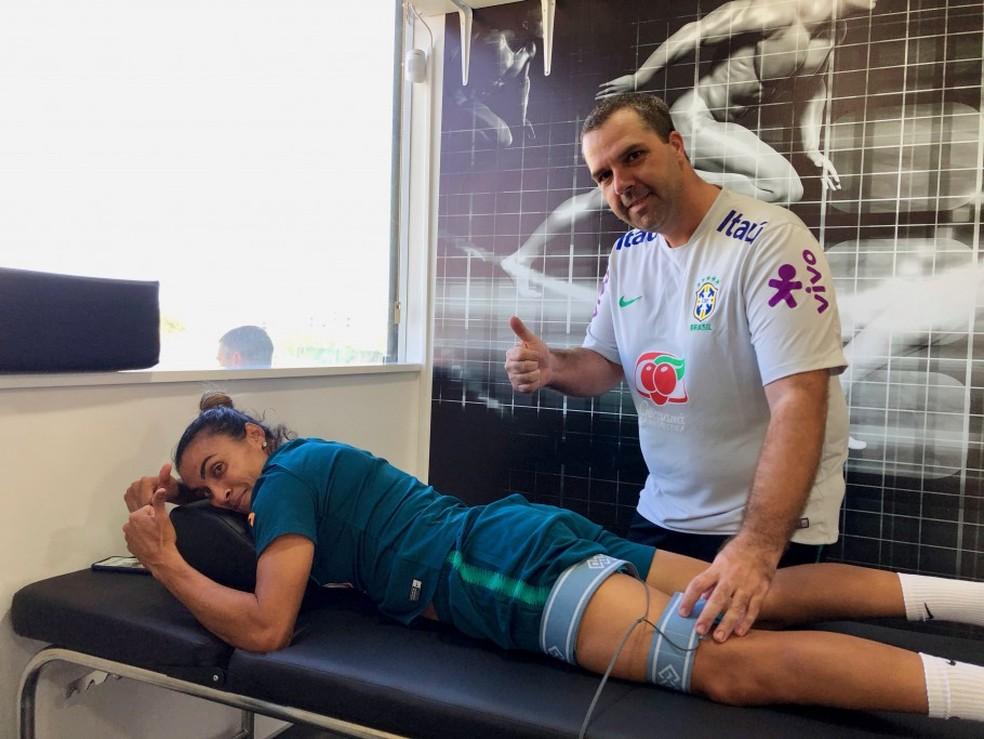 Marta durante sessão de fisioterapia com a seleção — Foto: CBF