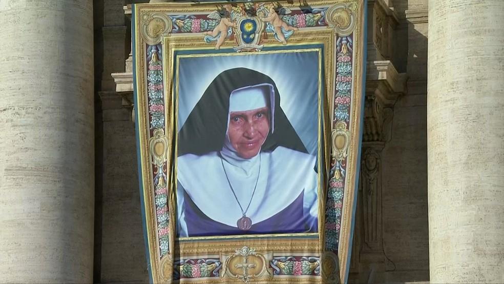Imagem de Santa Dulce dos Pobres na fachada da Basílica de São Pedro durante a cerimônia de canonização — Foto: Reprodução/TV Globo
