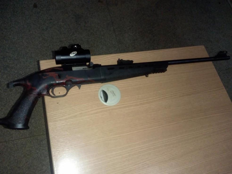 Rifle apreendido durante briga de rua em Ariquemes — Foto: WhatsApp/Reprodução