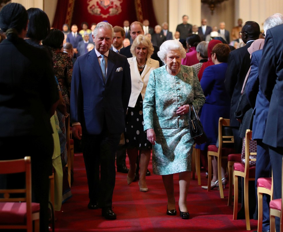 Rainha Elizabeth e príncipe Charles deixam reunião de abertura Encontro de Chefes de Governo da Commonwealth, no Palácio de Buckingham, em Londres, nesta quinta-feira (19)  (Foto: Yui Mok/ Reuters)