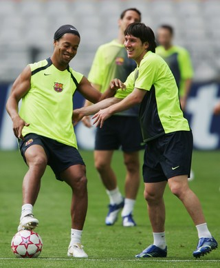 Ronaldinho e Messi, Barcelona 2006 (Foto: Shaun Botterill/Getty Images)