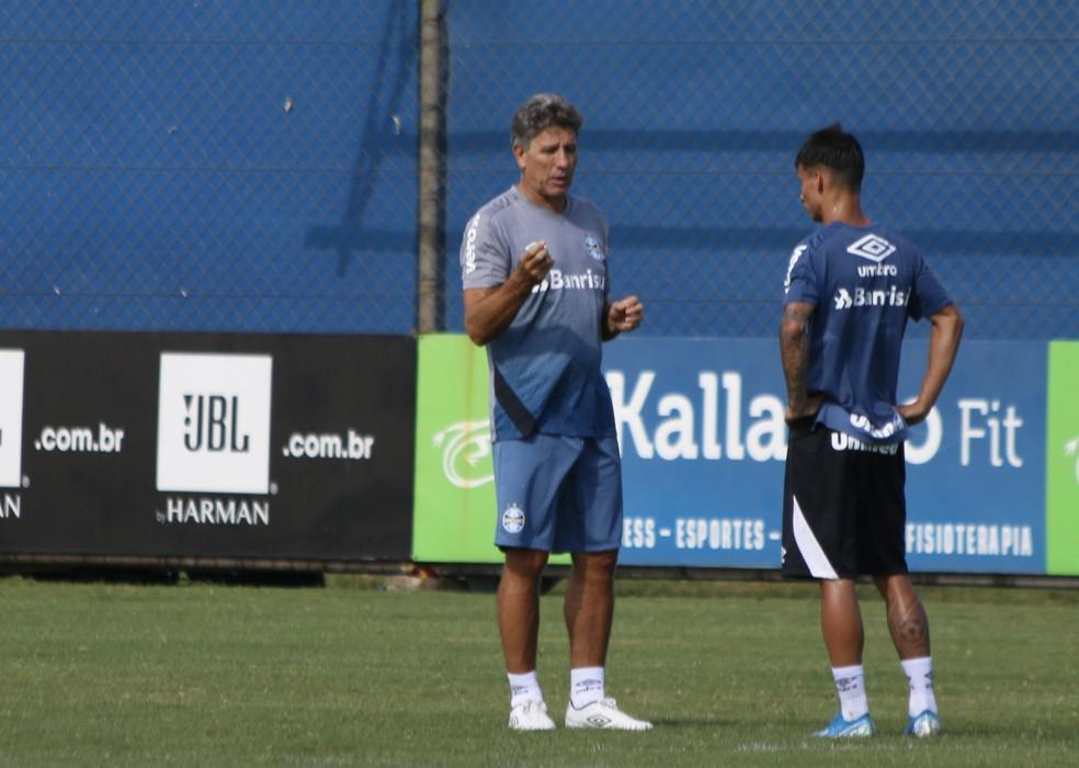 Renato Gaúcho conversa com Ferreira em treino do Grêmio — Foto: Eduardo Moura