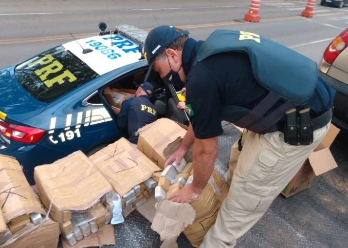 PRF apreende 200 kg de maconha em veículo transportado por caminhão-guincho na BR-354