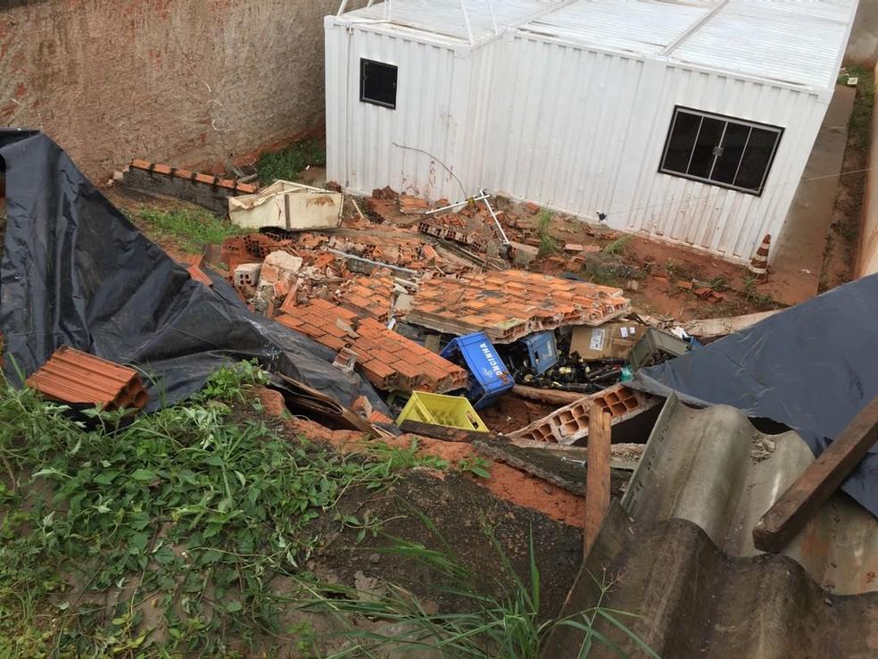 Cômodo de residência desabou no Parque dos Girassóis, em Presidente Prudente (Foto: Stephanie Fonseca/G1)