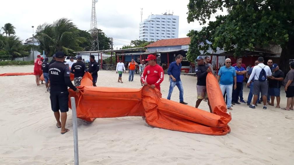 Equipes com a barreira de contenção em São José da Coroa Grande, no Litoral Sul, nesta quinta-feira (17) — Foto: Wellington Pereira/TV Globo