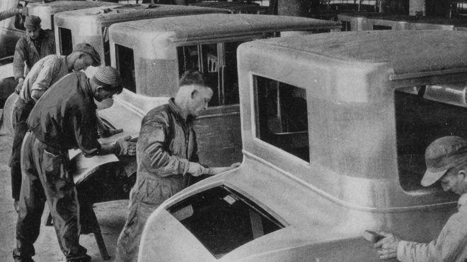 Funcionários da linha de produção dentro de uma Fábrica de Motores da Ford em Dearborn, Michigan (Foto: Getty Images via BBC)