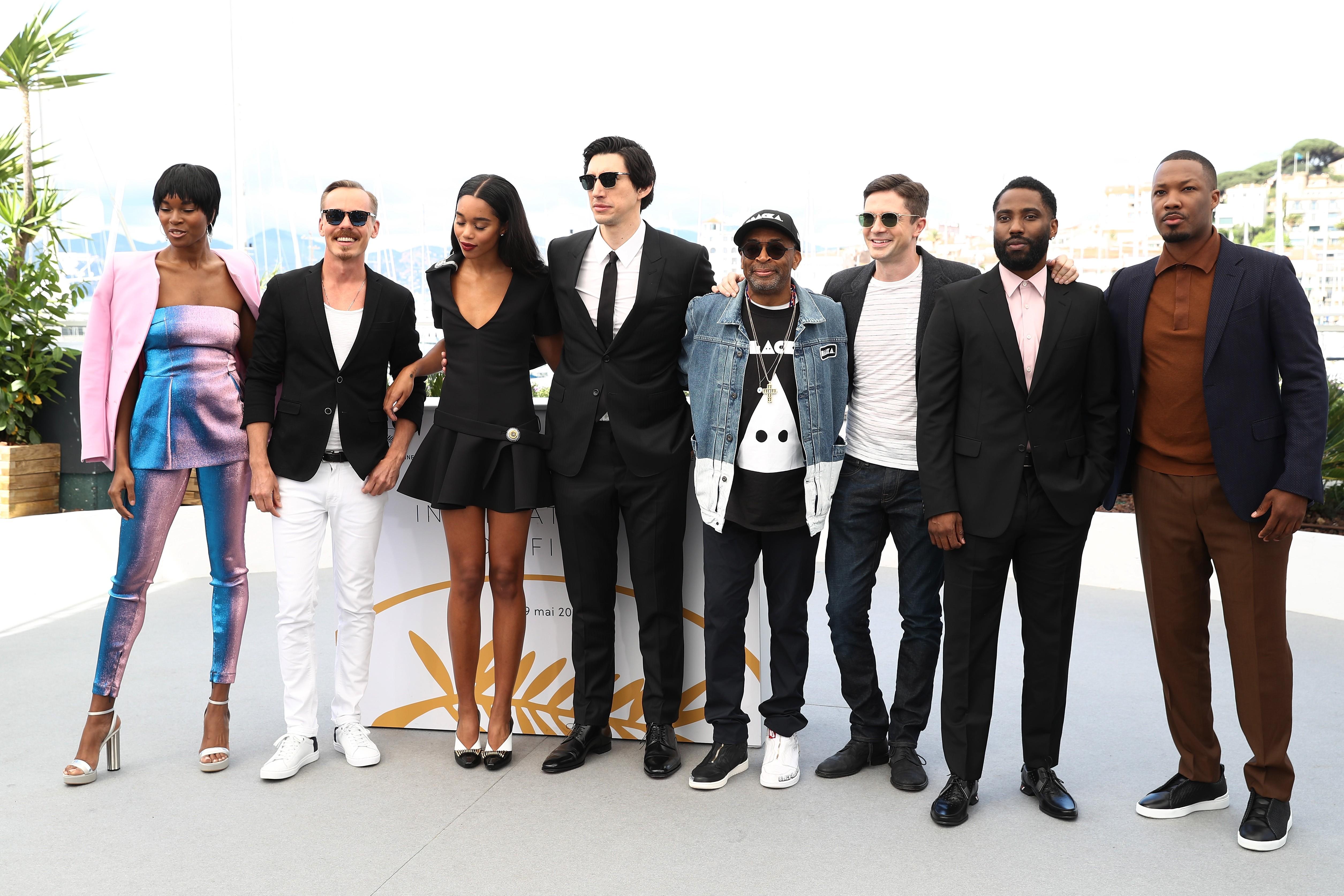 O diretor com o elenco de BlacKKKlansman durante a apresentação (Foto: Getty Images / Tristan Fewings)