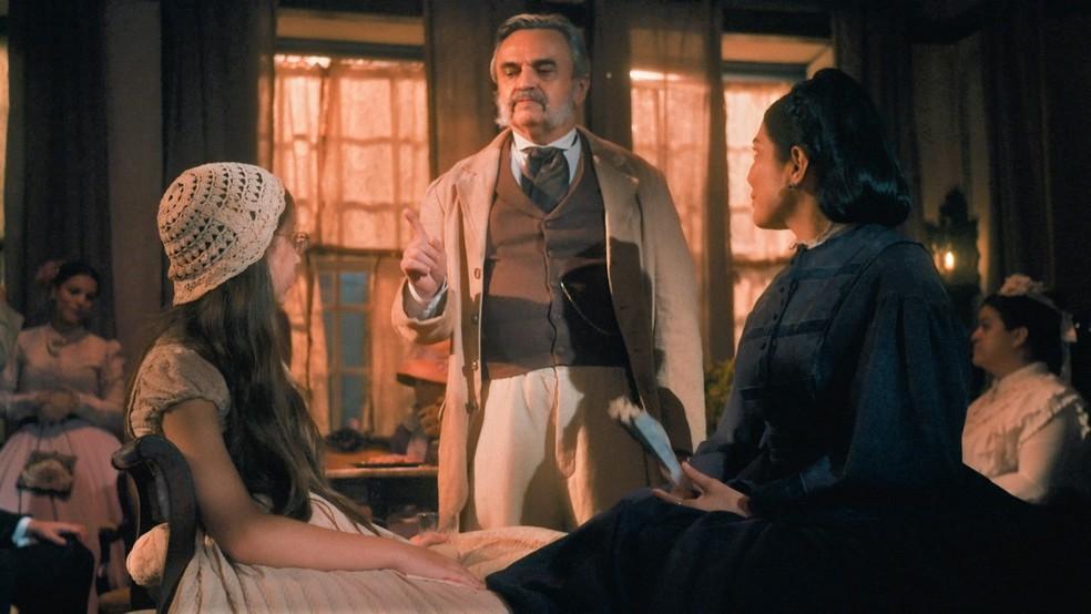 Eudoro (José Dumont) aborda Teresa Cristina (Letícia Sabatella) e Dolores (Júlia Freitas) em 'Nos Tempos do Imperador' — Foto: Globo