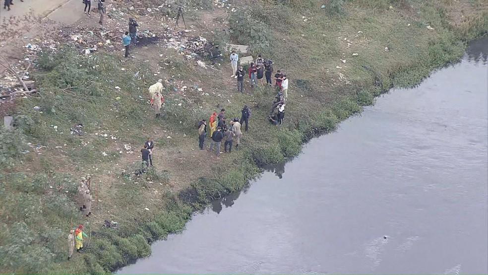 Policiais encontram ossada durante busca por informações que possam levar ao paradeiro de três crianças em Belford Roxo — Foto: Reprodução/ TV Globo