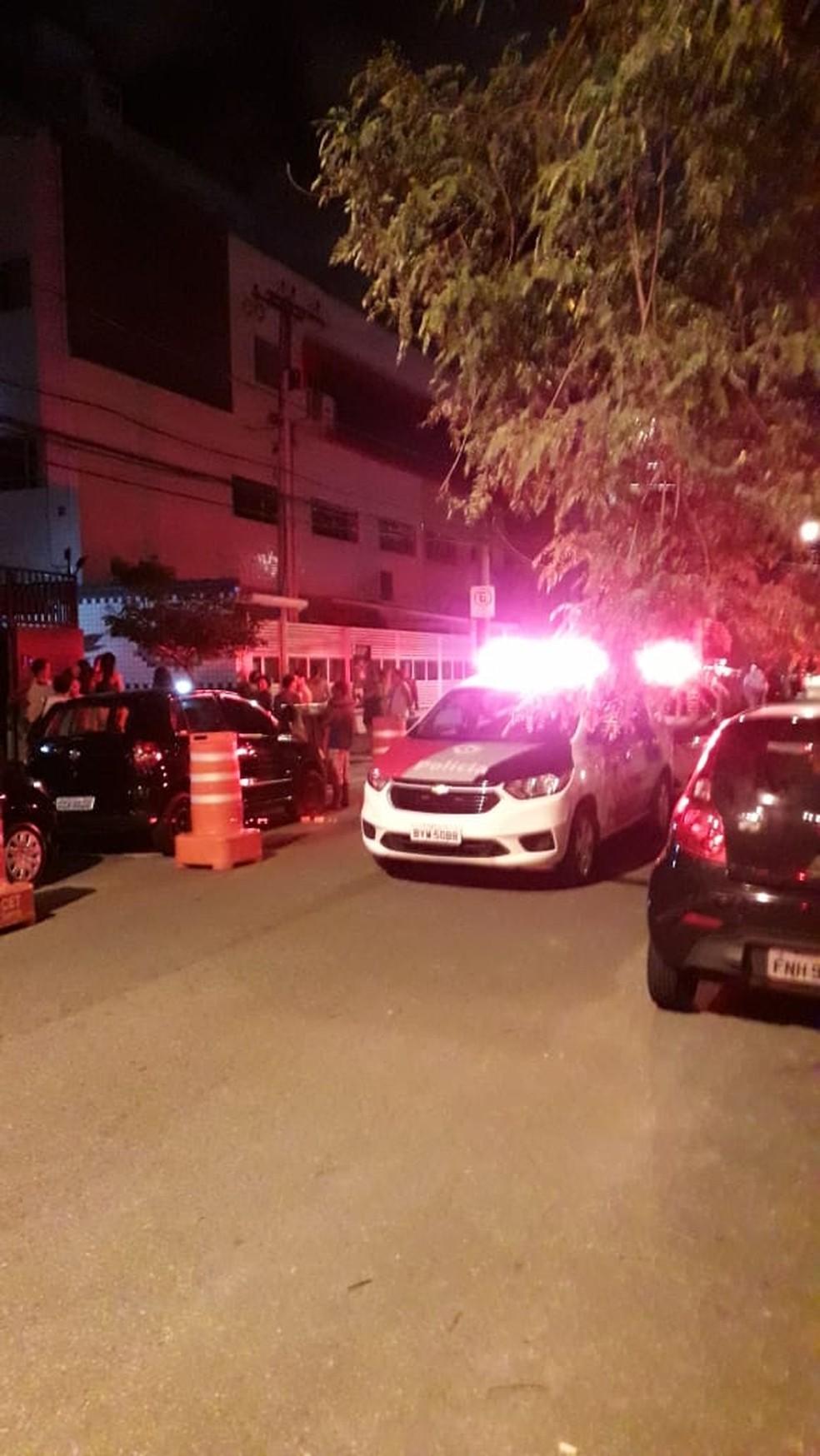 Autoridades interditam rua de prédio residencial onde elevador despencou em SP — Foto: G1 Santos
