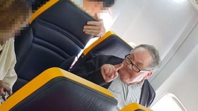 Insultos de passageiro contra idosa negra foram registrados em vídeo por outras pessoas a bordo da aeronave (Foto: FACEBOOK/DAVID LAWRENCE/Via BBC News Brasil)