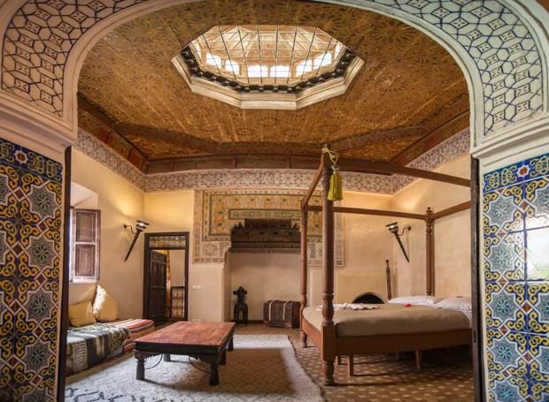 O palacete marroquino é iluminado por aberturas no teto, que trazem o sol para dentro de casa (Foto: Airbnb/ Reprodução)