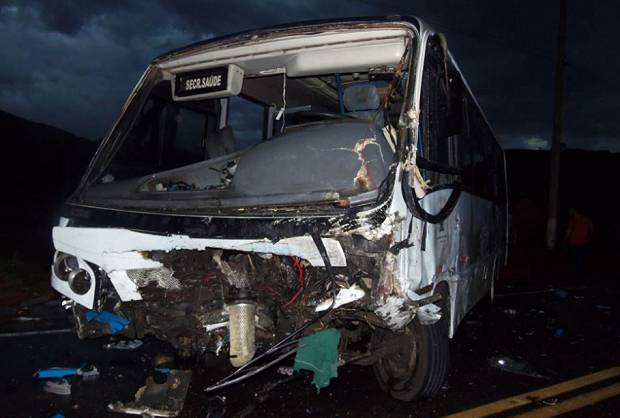 Bombeiros disseram que ônibus atingido pela viatura fazia o transporte de estudantes (Foto: Vinnícius Cremonez / SF Notícias)