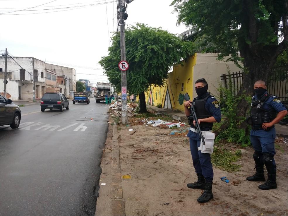 Guardas municipais escoltam caminhões de lixo em Fortaleza após ataques — Foto: Theyse Viana/Sistema Verdes Mares