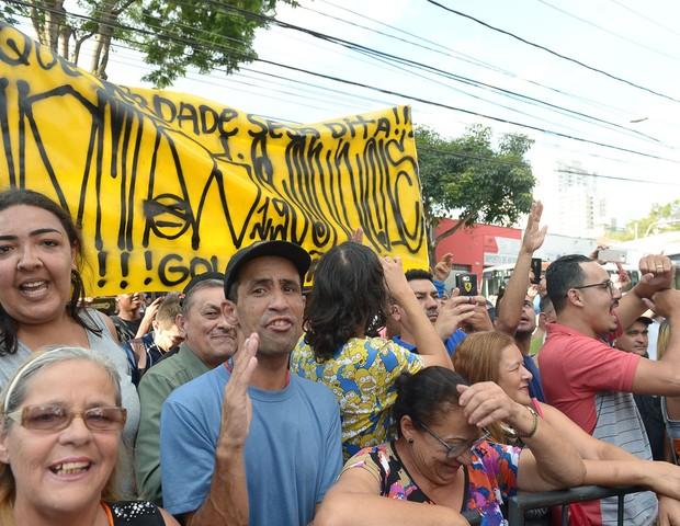 Fãs dão apoio a Neymar em delegacia de São Paulo (Foto: Francisco Cepeda/AgNews)