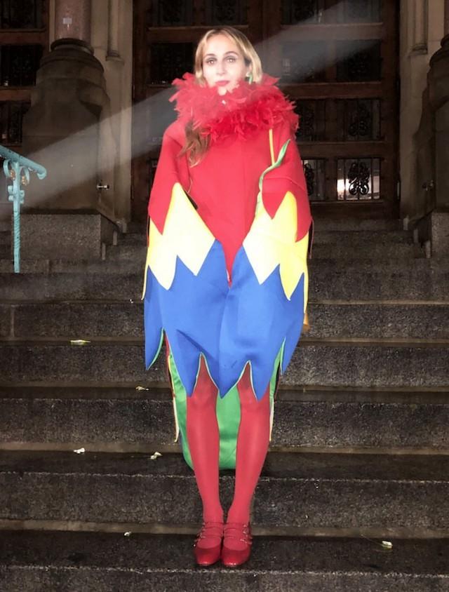 Harley Viera Newton, de papagaio, em uma festa em Nova York (Foto: Instagram Harley Viera Newton/ Reprodução)