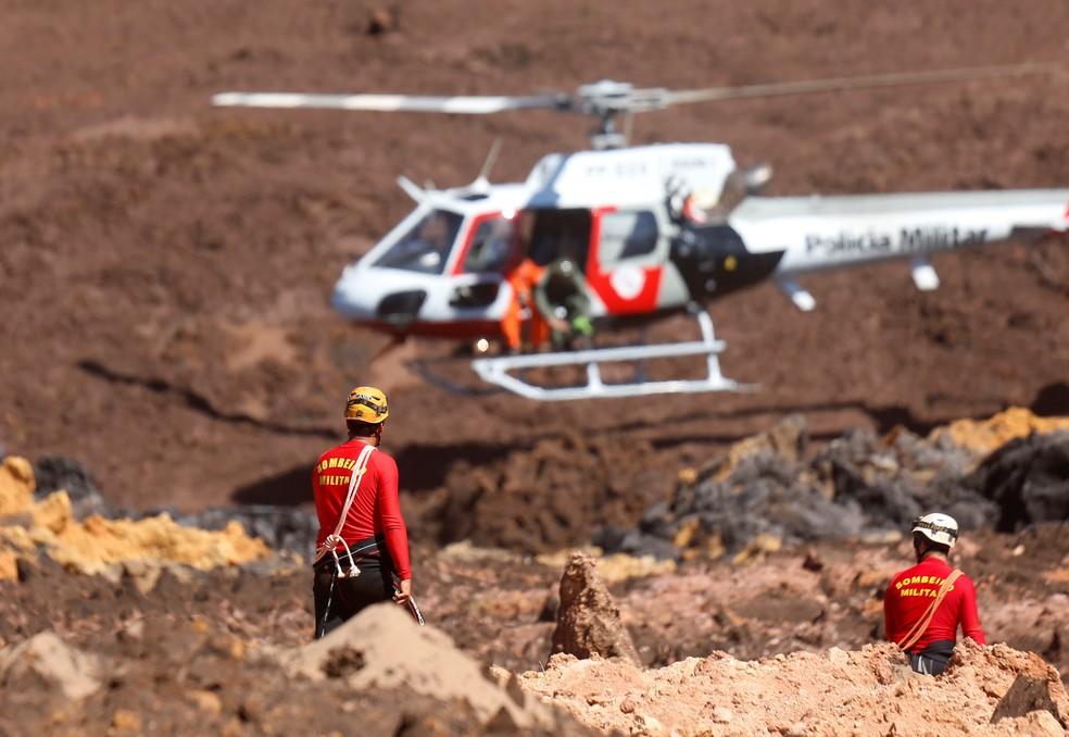 Times de resgate procuram por vítimas de desastre provocado por rompimento de barragem da Vale em Brumadinho — Foto: Adriano Machado