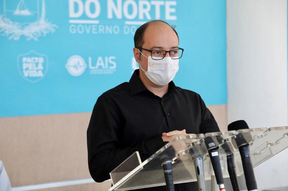 Infectologista André Prudente, diretor do Hospital Giselda Trigueiro, em entrevista coletiva — Foto: Sandro Menezes/Governo do RN/Divulgação