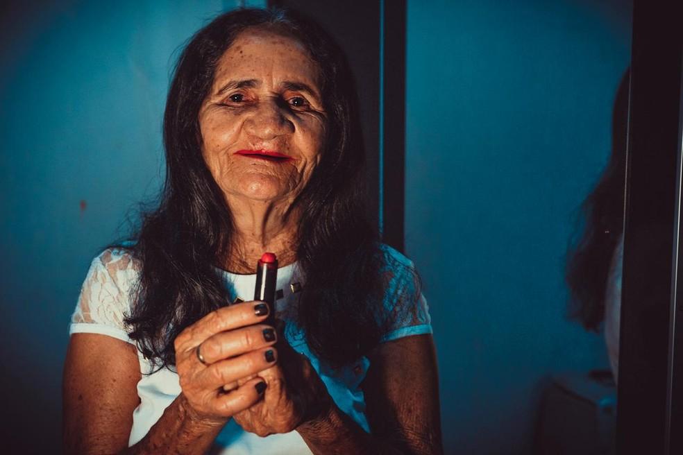 A agricultora aposentada Maria do Socorro de Medeiros tinha o sonho de usar batom nos lábios — Foto: Laine Paiva