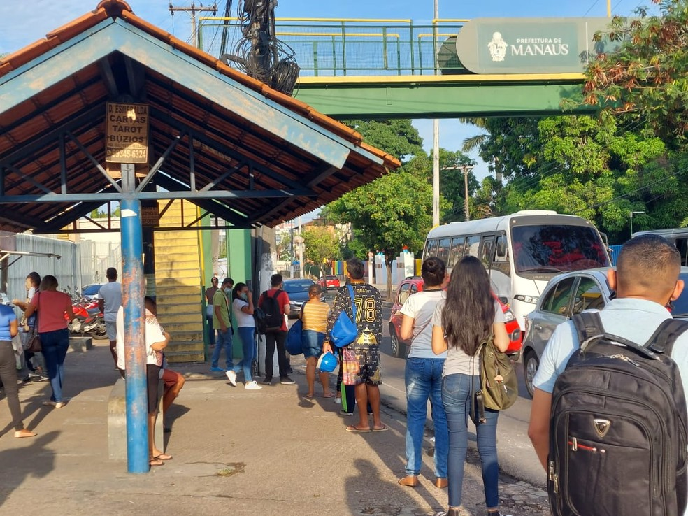 Paradas de ônibus lotadas em Manaus — Foto: Eliana Nascimento/ g1 AM