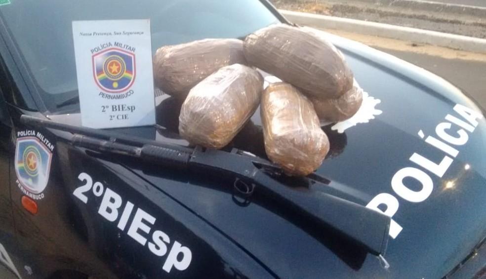 A droga foi apreendida durante abordagem na BR-647 em Petrolina, PE. — Foto: Polícia Militar