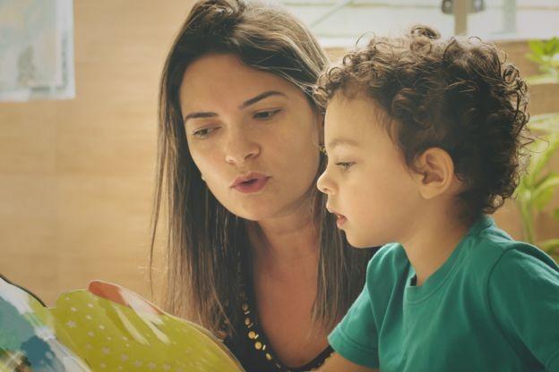 'O que mais influencia e determina o rendimento escolar é a educação e a escolarização da mãe', diz especialista (Foto: Getty Images via BBC News Brasil)