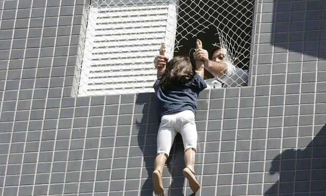 Boneca é sustentada da janela, em reconstituição policial do caso Isabella Nardoni
