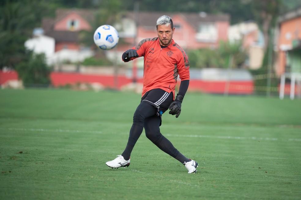 Diego Alves tem chance de voltar, e dúvida é quem substitui Vitinho