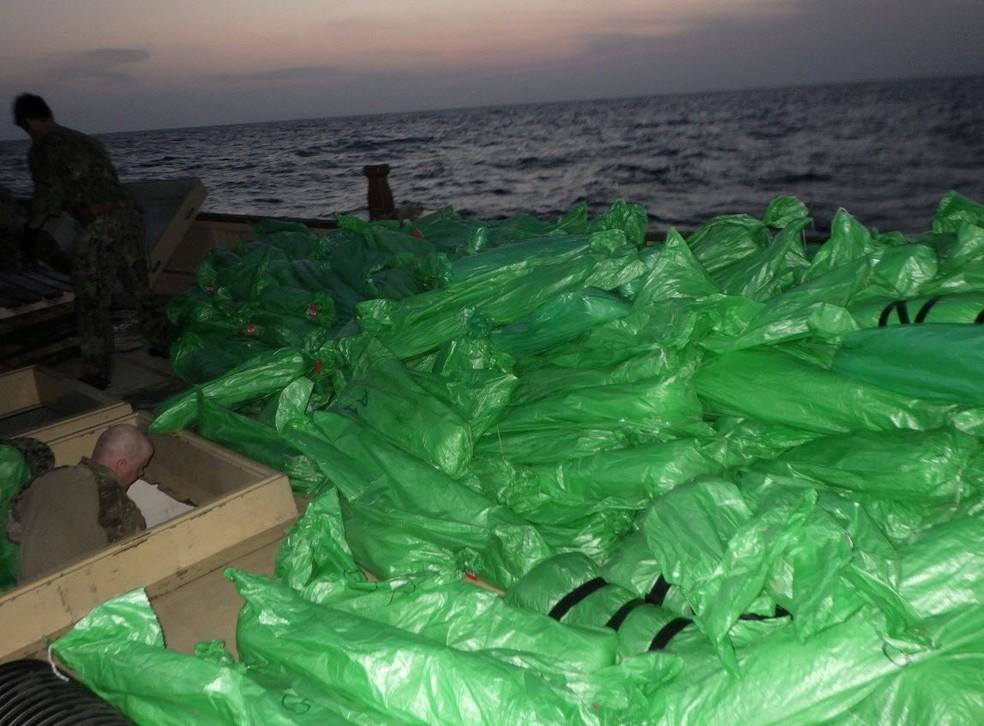 Milhares de armas ilícitas a bordo de navio sem bandeira apreendidas em águas internacionais do Mar da Arábia do Norte. Foto tirada em 7 de maio de 2021. — Foto: Marinha dos EUA via Reuters