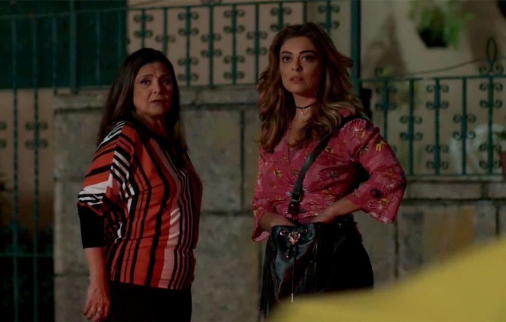 Em 'A Força do Querer', Bibi (Juliana Paes) está com Aurora (Elizangela) quando vê Caio (Rodrigo Lombardi) e Jeiza (Paolla Oliveira) juntos — Foto: Globo