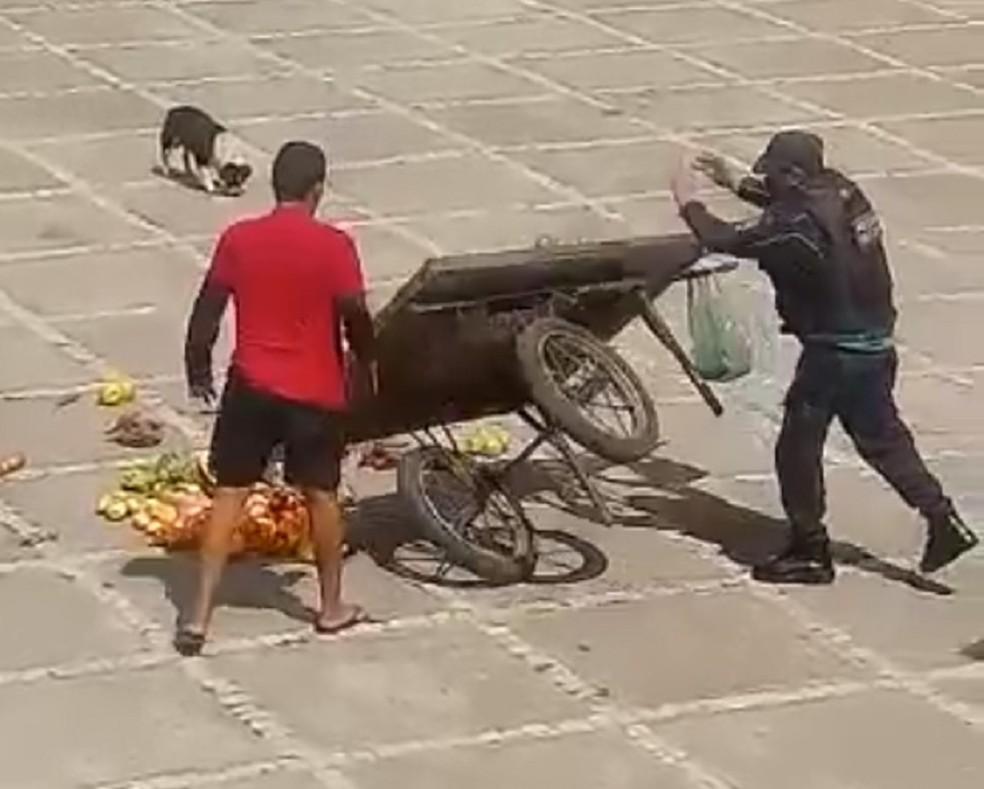 Policial vira carrinho de frutas de vendedor ambulante em Fortaleza — Foto: Reprodução