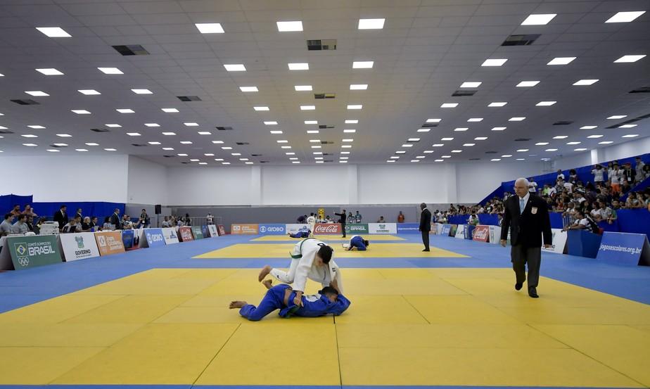 Treinadores da seleção brasileira de judô observam atletas nos Jogos Escolares