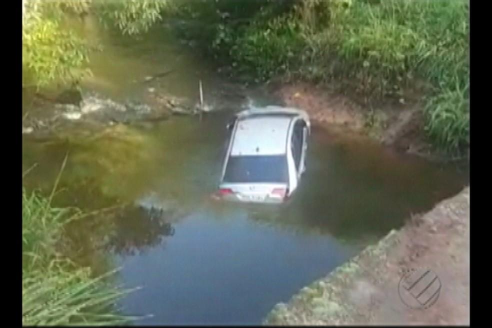 Carro cai em igarapé na PA-140 (Foto: Reprodução/TV Liberal)