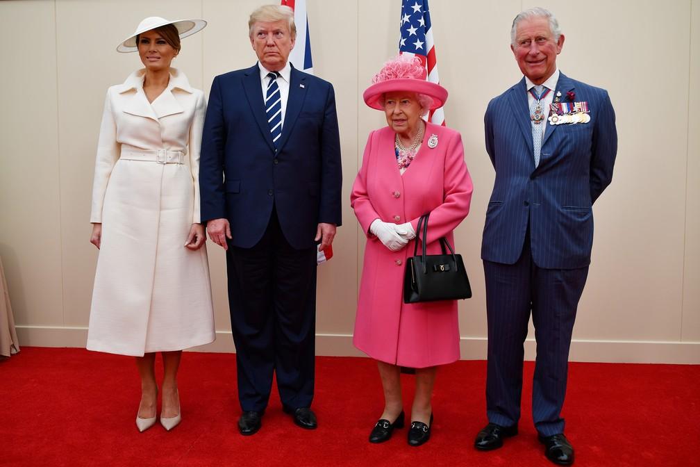 """O presidente americano, Donald Trump, e a esposa, Melania Trump, com a rainha Elizabeth II e o príncipe Charles durante celebrações dos 75 anos do """"Dia D"""" em Portsmouth, na Inglaterra, nesta quarta-feira (5). — Foto: Jeff J Mitchell/Pool via Reuters"""