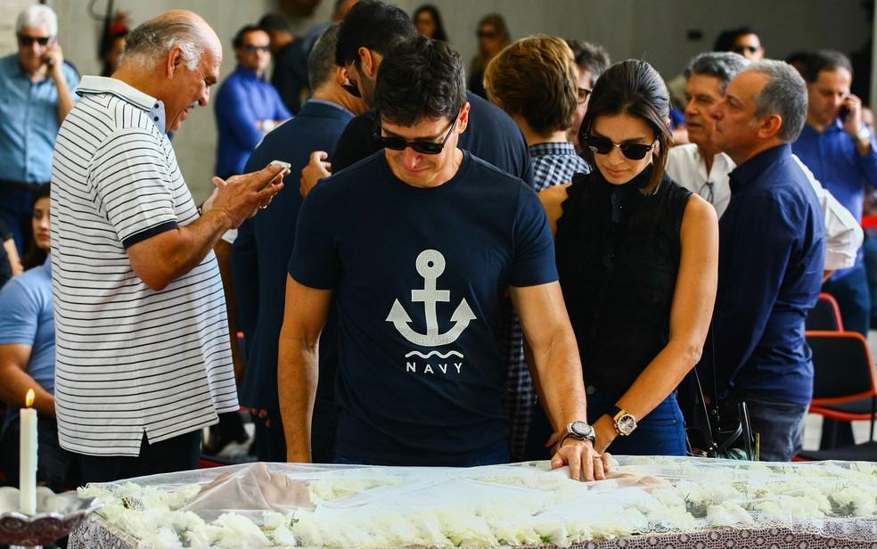 O apresentador e ator Rodrigo faro e sua esposa Vera Viel. Velório do jornalista da Rede Record Marcelo Rezende, que morreu neste sábado (16) por conta de um câncer no pâncreas, (Foto: Aloisio Mauricio/Foto Arena/Estadão Conteúdo)