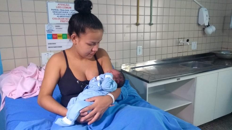 Mãe, de 18 anos, sentiu as contrações logo nas primeiras horas do dia da virada de ano.  — Foto: Arquivo pessoal