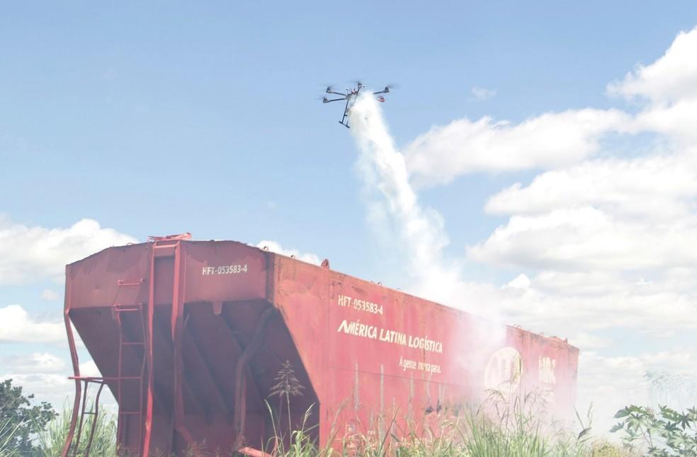 Prefeitura de Araraquara usa drone para jogar inseticidas em vagões abandonados. — Foto: Prefeitura de Araraquara/Divulgação
