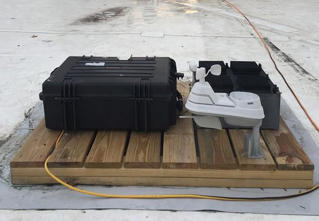 Dispositivo do MIT produz energia a partir de um processo que usa o princípio da termoelétrica. Não é necessário que a captação seja feita sob luz solar (Foto: Justin Raymond/Divulgação/MIT)