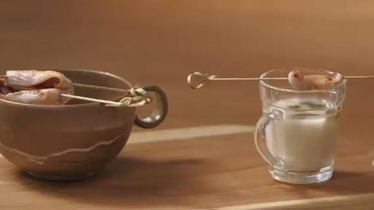 Confira a receita de caldinho de feijão-branco com molho pesto