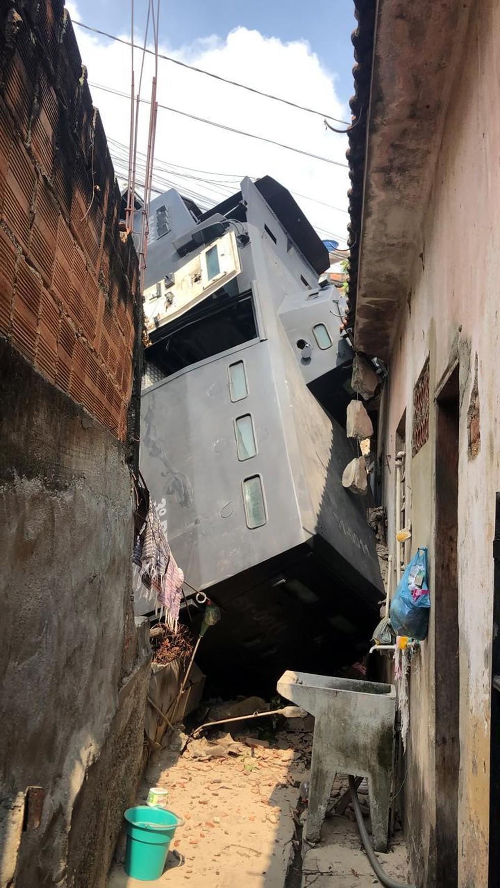 Caveirão cai de ribanceira no Morro do Urubu, na Zona Norte do Rio — Foto: Reprodução/TV Globo
