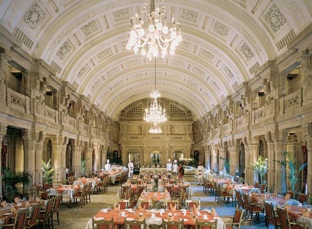 Salão de jantar histórico do Taj Umaid Bhawan ocupam mais de 60 mil metros quadrados (Foto: Taj Hotels/ Reprodução)
