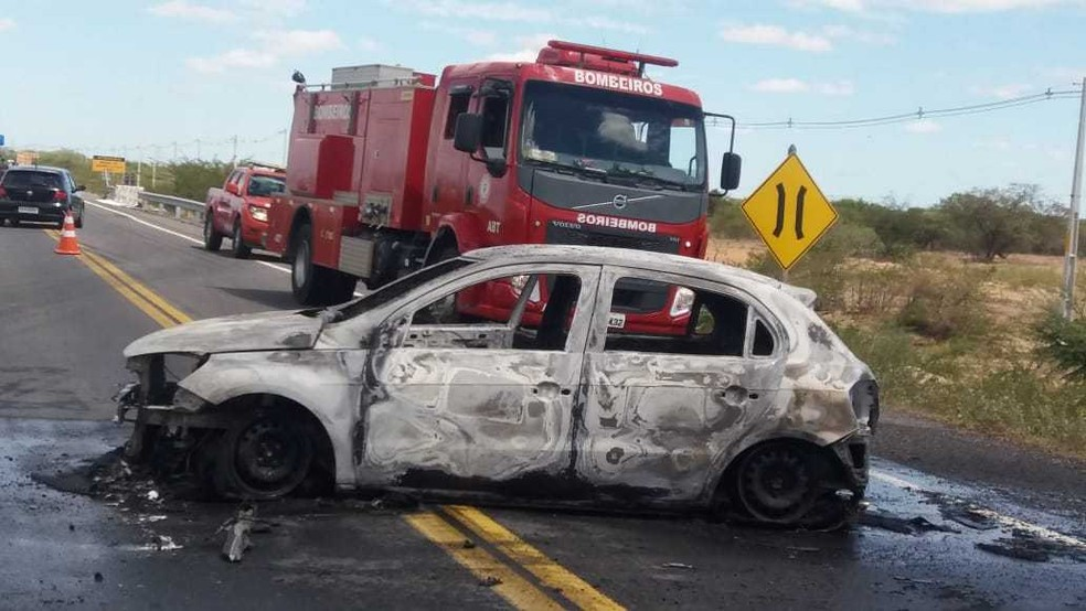 De acordo com a Polícia Militar (PM), o grupo assaltou o carro forte no trecho entre Carnaíba e o povoado de Juremal — Foto: Corpo de Bombeiros