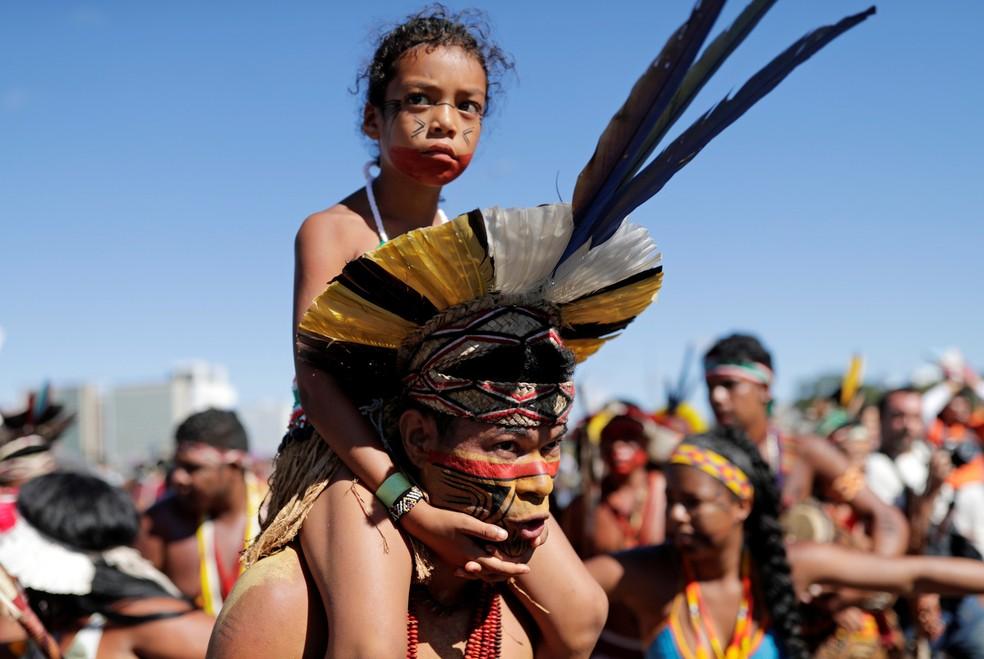 Indígenas participam de um protesto em Brasília para defender a terra indígena e os direitos culturais que, segundo eles, estão ameaçados pelo governo de direita do presidente Jair Bolsonaro — Foto: Nacho Doce/Reuters