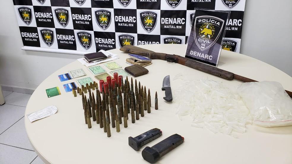 Espingarda e munições de fuzis foram apreendidas pela Polícia Civil em Natal — Foto: Polícia Civil/Divulgação