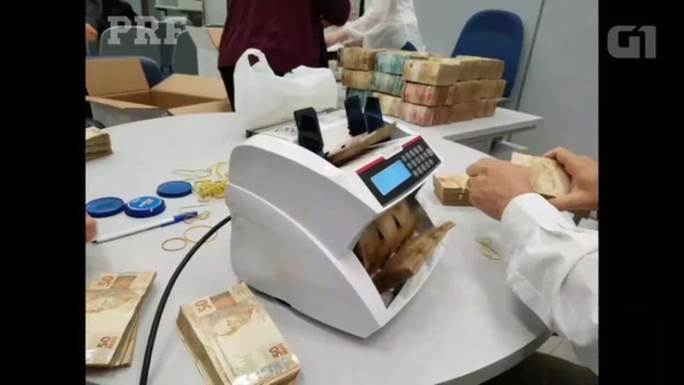 Somadas as notas de dólares e reais, montante chega a R$ 12,1 milhões (Foto: Divulgação/PRF)