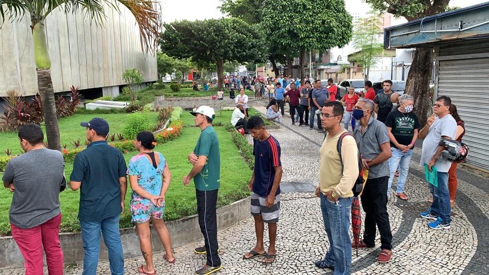 Multidão se aglomera na sede da Receita Federal em Fortaleza para ...